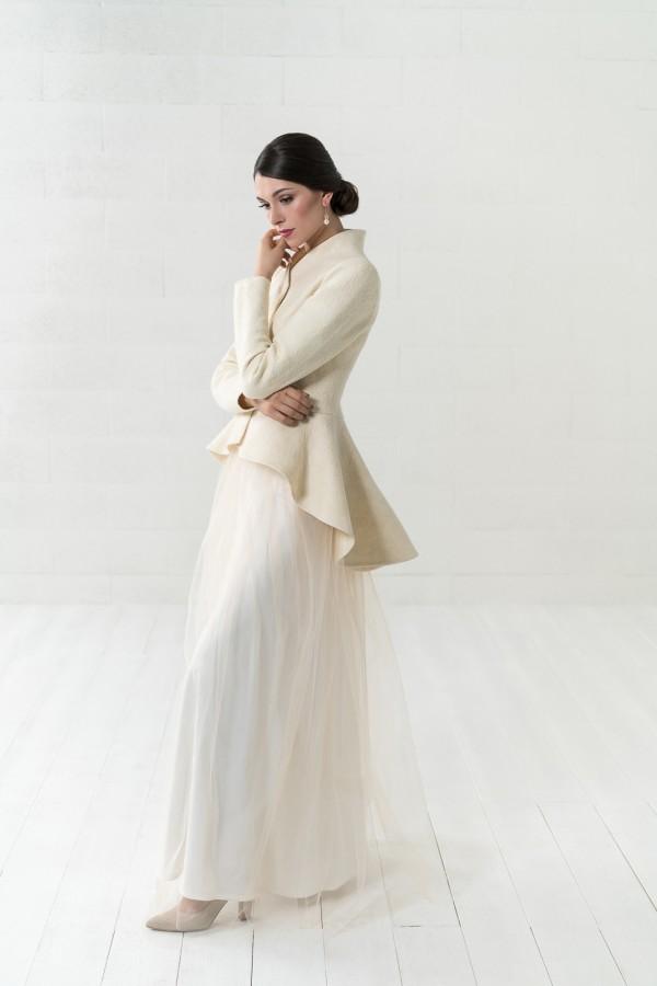 Puošnus baltos spalvos paltas nuotakai